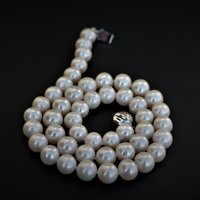 Noumis pearl necklace